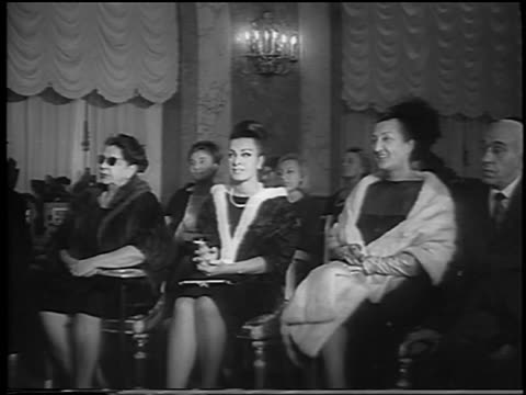 vidéos et rushes de b/w 1962 three fashionable women sitting in audience of fashion show / one in sunglasses / rome - châle