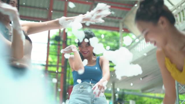 drei freundinnen genießen das spielen mit seife sud - soap sud stock-videos und b-roll-filmmaterial