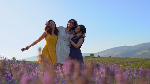 vidéos et rushes de trois femelles font des visages et des poses drôles dans le champ de lavande - rêvasser