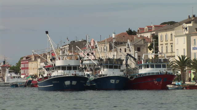vídeos y material grabado en eventos de stock de ms, three fishing boats anchored in port of cres, dalmatia, croatia - anclado