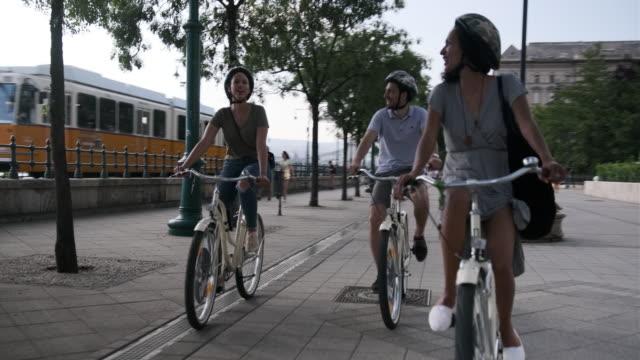 vidéos et rushes de trois amis explorant budapest à vélo - budapest