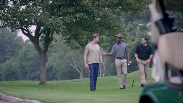 vidéos et rushes de trois amis golf et parler - golf