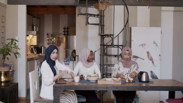 vídeos de stock, filmes e b-roll de três amigos que têm o pequeno almoço junto em casa - tea party