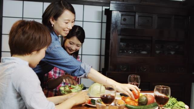 3 人の友人が一緒に夕食を作って - 親睦会点の映像素材/bロール