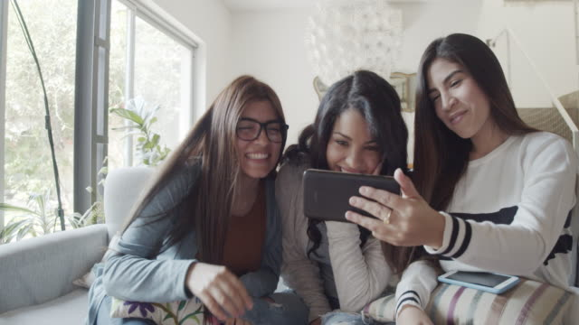 vídeos de stock e filmes b-roll de three friends taking a selfie together - amizade feminina