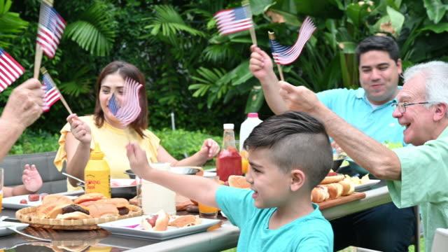 vídeos y material grabado en eventos de stock de familia de tres generaciones celebrando el 4 de julio - cuatro de julio
