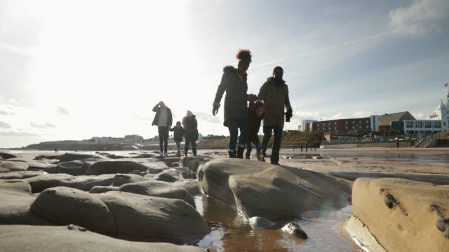 vidéos et rushes de famille de trois générations marchant sur la plage - insouciance