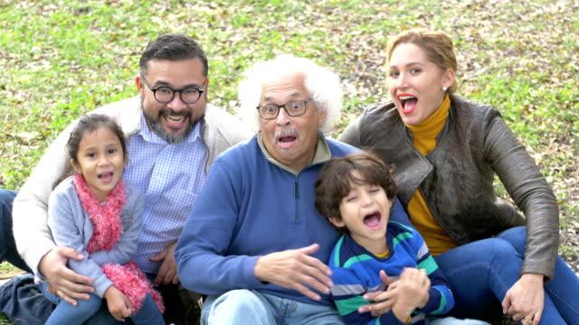 stockvideo's en b-roll-footage met drie generatie hispanic familie, burst out lachen - 35 39 years