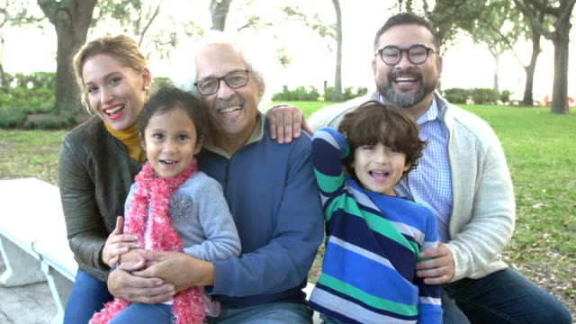 stockvideo's en b-roll-footage met drie generatie hispanic familie op park bench - 35 39 years