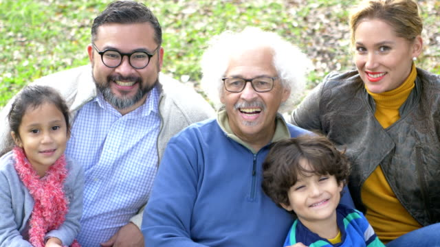 stockvideo's en b-roll-footage met drie generatie hispanic familie - 35 39 years