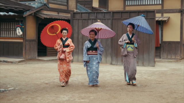 vídeos de stock e filmes b-roll de three generations of edo period women (slow motion) - sandália