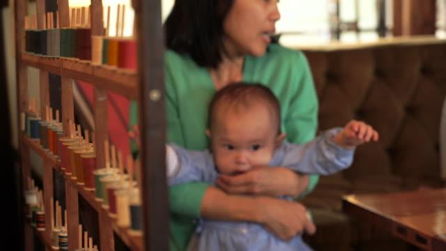 3 つの世代の家族は、カフェでリラックス。 - 自分撮り点の映像素材/bロール