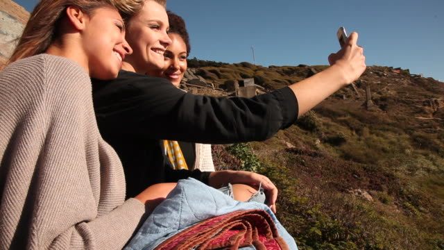 vidéos et rushes de three girlfriends having fun together outside on a sunny day. - trois personnes