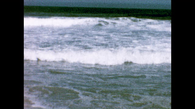 vidéos et rushes de three girls in swimsuits walking together holding hands on the beach; view of beach waves coming toward the camera. from the collection of... - océan pacifique