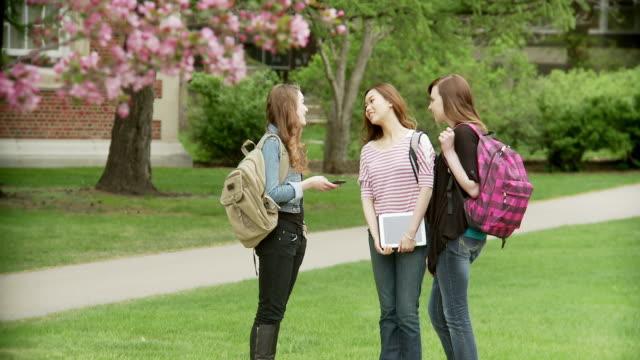 stockvideo's en b-roll-footage met three girls on school campus - elektronische organiser
