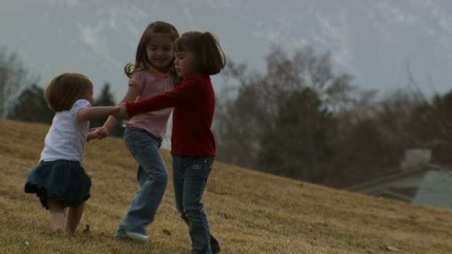three girls playing outdoors - andere clips dieser aufnahmen anzeigen 1166 stock-videos und b-roll-filmmaterial