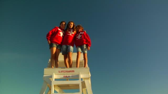 slo, mo, ms, la, three girls (10-11, 12-13) posing on lifeguard chair, portrait, provincetown, massachusetts, usa - 12 13 år bildbanksvideor och videomaterial från bakom kulisserna