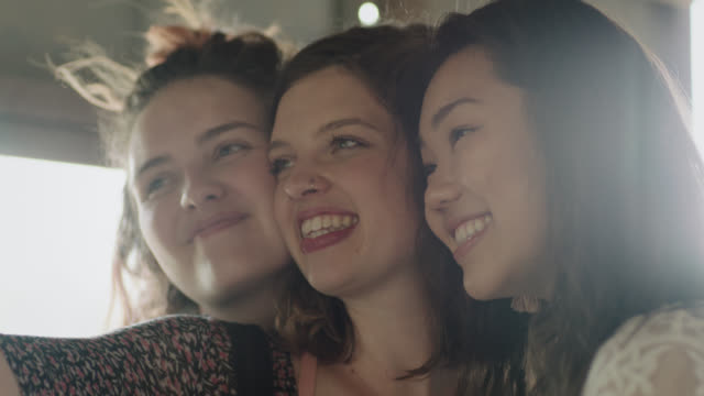 vídeos y material grabado en eventos de stock de cu slo mo. three girls smile and laugh while taking selfies with smartphone. - cámara en mano