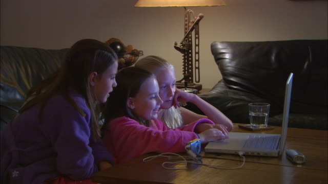 zi, cu, three girls (10-11) using laptop together - 10 11 år bildbanksvideor och videomaterial från bakom kulisserna