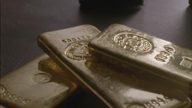 cu, pan, three gold ingots - barren geld und finanzen stock-videos und b-roll-filmmaterial