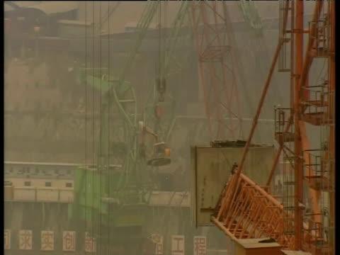 three gorges dam on yangtze river under construction china; 09 mar 05 - erezione video stock e b–roll