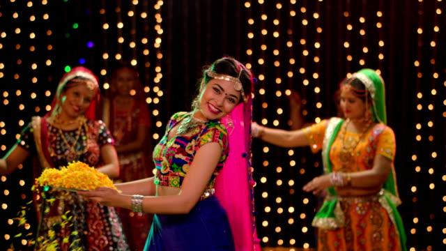 vidéos et rushes de three gujrati women performing garba, delhi, india - fidèle religieux