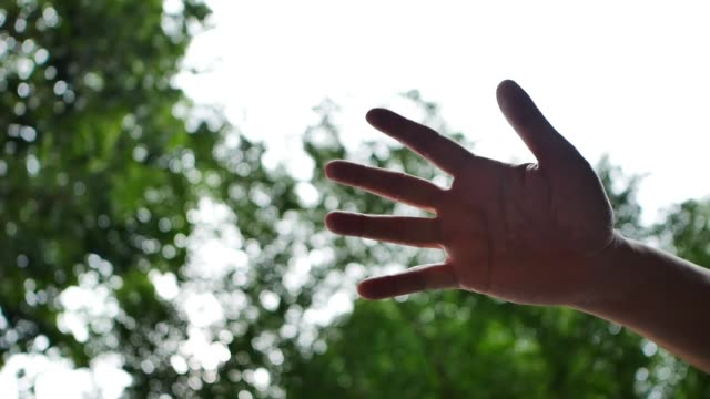 vidéos et rushes de trois mains tenant ensemble sur fond de ciel en slow motion - solidarité