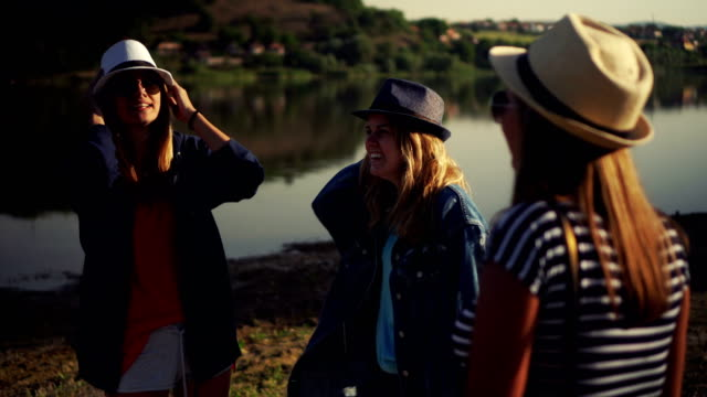 Drei glückliche Frauen Freunde lachen