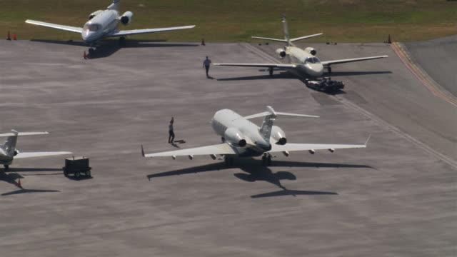 vidéos et rushes de three jets on pad - avion privé d'entreprise