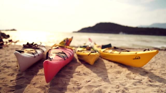 ビーチで 3 つのカヤック ボート - three objects点の映像素材/bロール