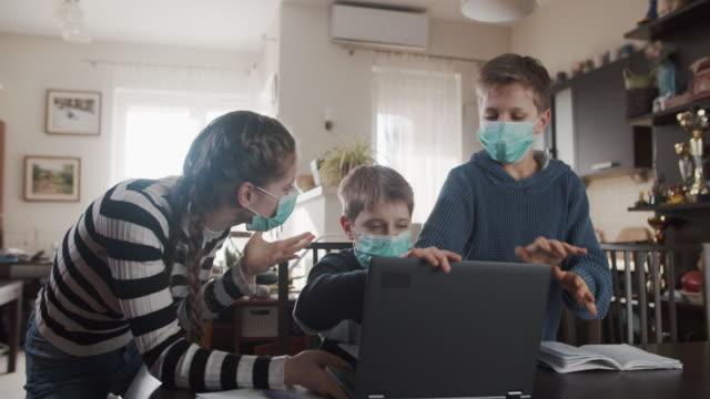 drei kinder kämpfen zu hause um laptop - unfug stock-videos und b-roll-filmmaterial