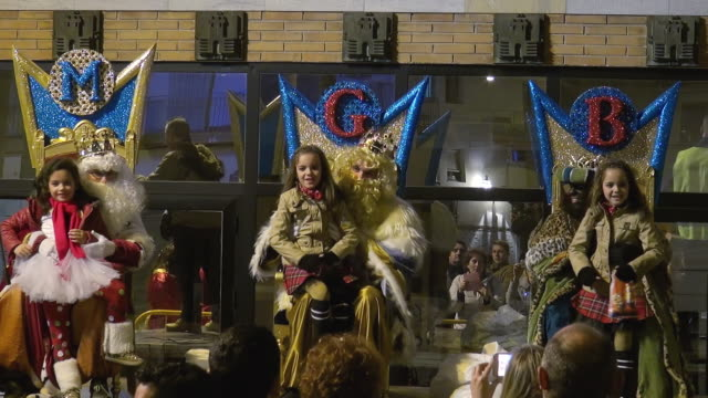 vídeos y material grabado en eventos de stock de three kings arrival city hall three kings day or dia de los reyes in spanish falls on january 6 every year it's the day that most children in spain... - reyes magos