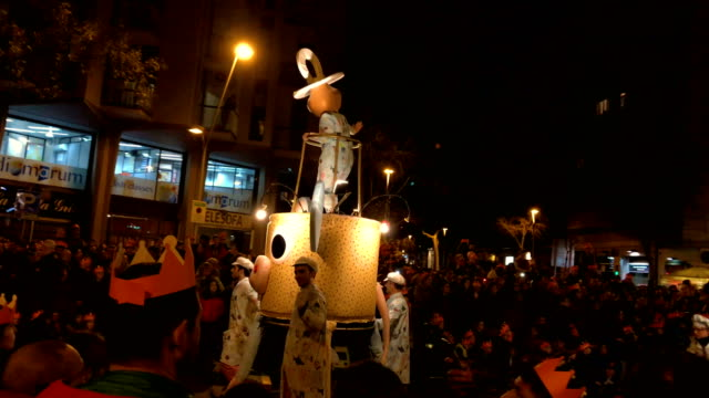 vídeos y material grabado en eventos de stock de three kings day parade in barcelona - reyes magos