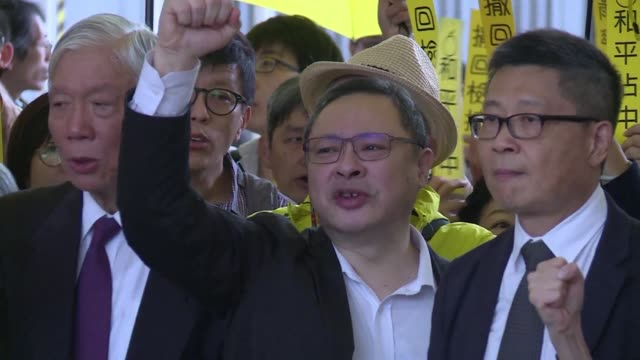 stockvideo's en b-roll-footage met three leading hong kong democracy campaigners arrives at court for trial over their involvement in massive rallies calling for political reform as... - assertiviteit