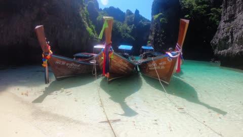 三艘長尾船停泊在泰國海灘上 - 披披群島 個影片檔及 b 捲影像