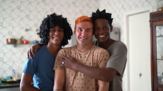 vídeos de stock, filmes e b-roll de retrato de três amantes/amigos em casa - três pessoas