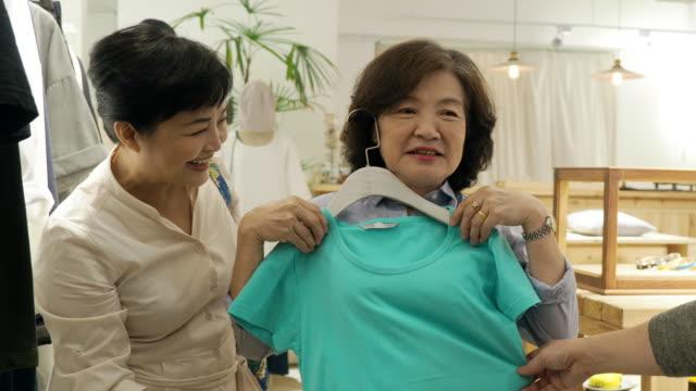 vídeos y material grabado en eventos de stock de tres mujeres maduras que tienen compras juntas - taipei