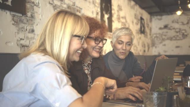 tre mogna kvinnor har en lunch - kvinnlig vänskap bildbanksvideor och videomaterial från bakom kulisserna