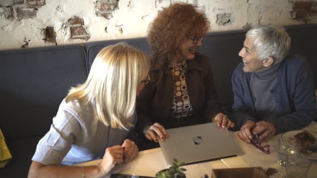 three mature women have a lunch - tre quarti video stock e b–roll