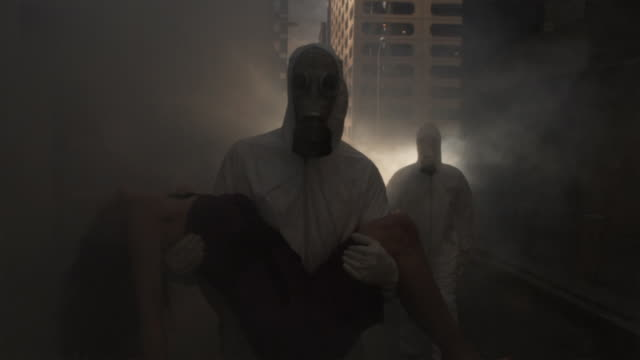 stockvideo's en b-roll-footage met slo mo ms three men wearing hazmat suits and gas masks, one carrying woman, atlanta, georgia, usa - slachtoffer