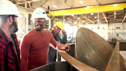 drei männer arbeiten in metall stanzerei, sprechen - manufacturing occupation stock-videos und b-roll-filmmaterial