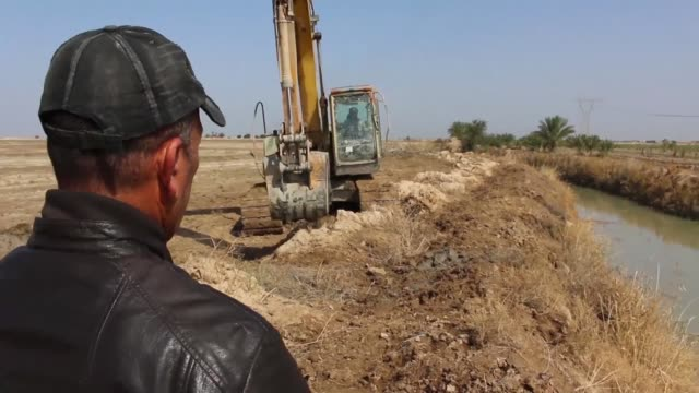 vídeos y material grabado en eventos de stock de three months ago members of iraq's hashed alshaabi or popular mobilization units were using their diggers to smash down defensive embankments built... - basra