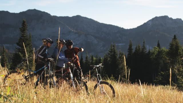 three mountain bikers on the trail - stazione sciistica di brighton video stock e b–roll