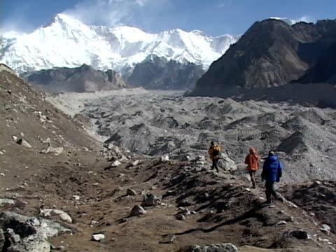 ws, three mountaineers on himalaya mountains trail, rear view, katmandu, khumbu- himalaya, nepal - khumbu stock videos and b-roll footage