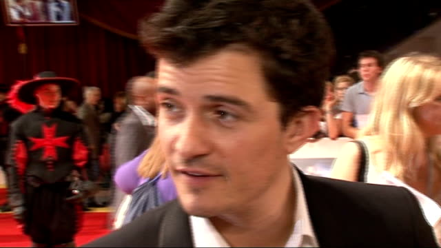 'three musketeers' film premiere: red carpet arrivals and interviews; orlando bloom interview sot - on fantastic group of guys, it's fun, it's a good... - エルフ点の映像素材/bロール