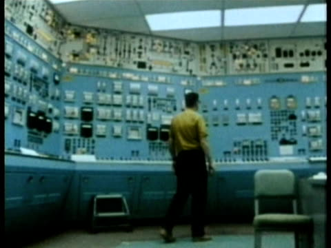 1985 pan ws three nuclear power plant technicians working in control room audio / usa - kontrollraum stock-videos und b-roll-filmmaterial