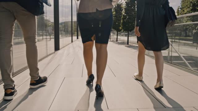 vídeos y material grabado en eventos de stock de slo mo tres oficinista caminando juntos para trabajar - falda