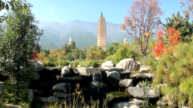 die drei pagoden in dali, china - pagode stock-videos und b-roll-filmmaterial