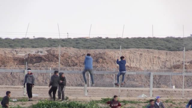stockvideo's en b-roll-footage met three palestinians were injured friday when israeli forces dispersed a demonstration in the town of almughayyar east of the west bank city of... - israëlisch palestijns conflict