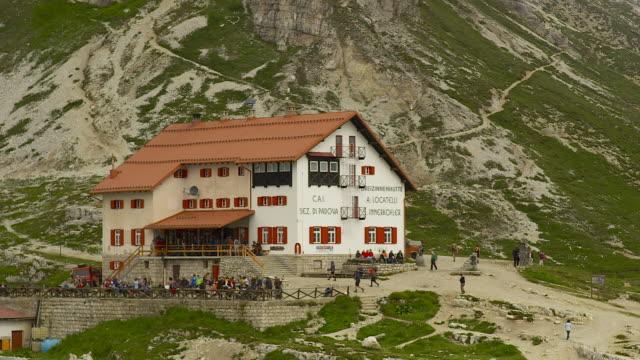 three peaks hut, many hikers, close shot - tre cimo di lavaredo stock videos & royalty-free footage